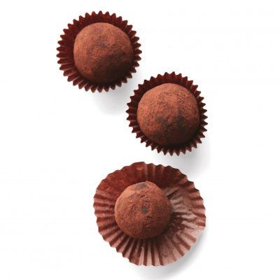 Rulla each in unsweetened Dutch-process cocoa powder, tapping gently to remove excess. Refrigerate in mini baking cups for 30 minutes (or up to 4 days).