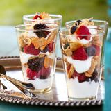 zmiešaný summer berry and yogurt parfaits with toasted coconut