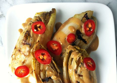 grilovaný endive with peanut sauce and red chile