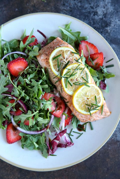 pečený Salmon with Strawberry-Arugula Salad Recipe